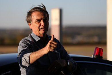 Bolsonaro sai do hospital e diz que reassume Presidência nesta terça (17)