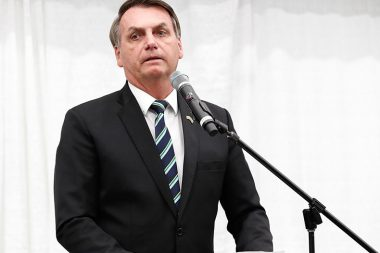 Bolsonaro sanciona lei que proíbe corte de água e energia aos finais de semana