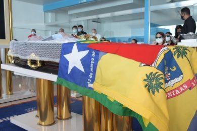 Familiares, amigos e admiradores se despedem do deputado federal Assis Carvalho