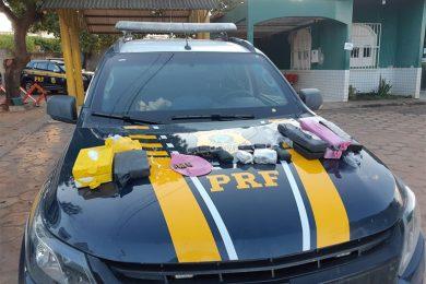 PRF apreende armas, munições e mais de R$ 400 mil em drogas dentro de van