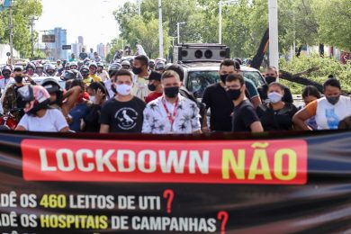 Empresários e trabalhadores de restaurantes protestam contra fechamento