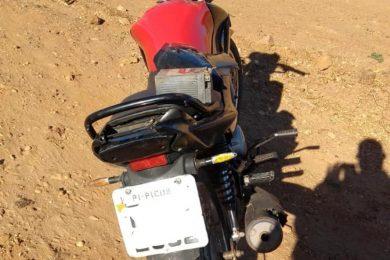 Motocicleta furtada no bairro Ipueiras é encontrada abandonada